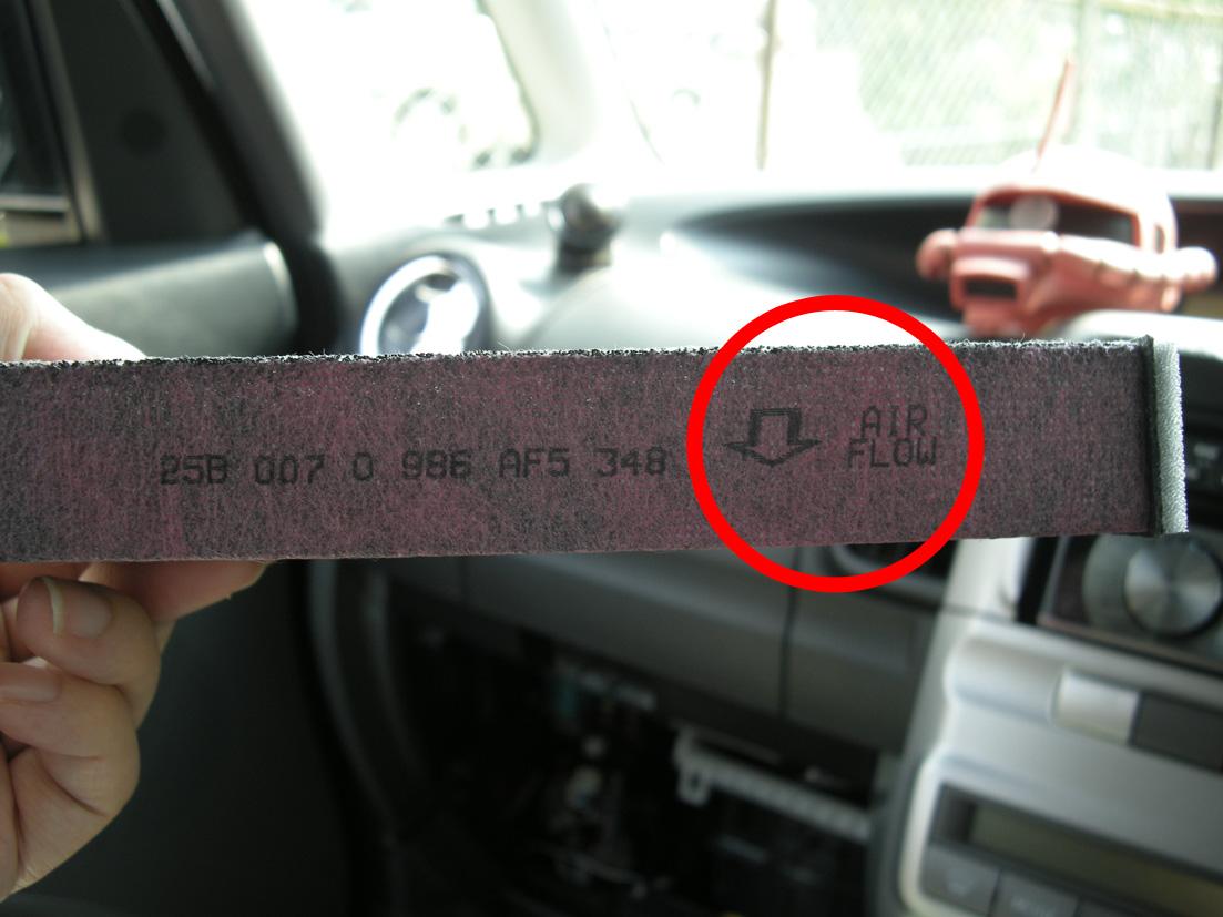 4−1.古いエアコンフィルターを取り出し、↓AIR FLOW(○印)が下になるように新しいエアコンフィルターを入れていく。