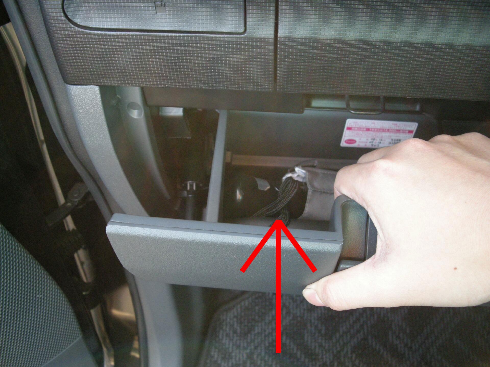 2.グローブボックスをしっかり掴んで、上へ引っ張って取り外す