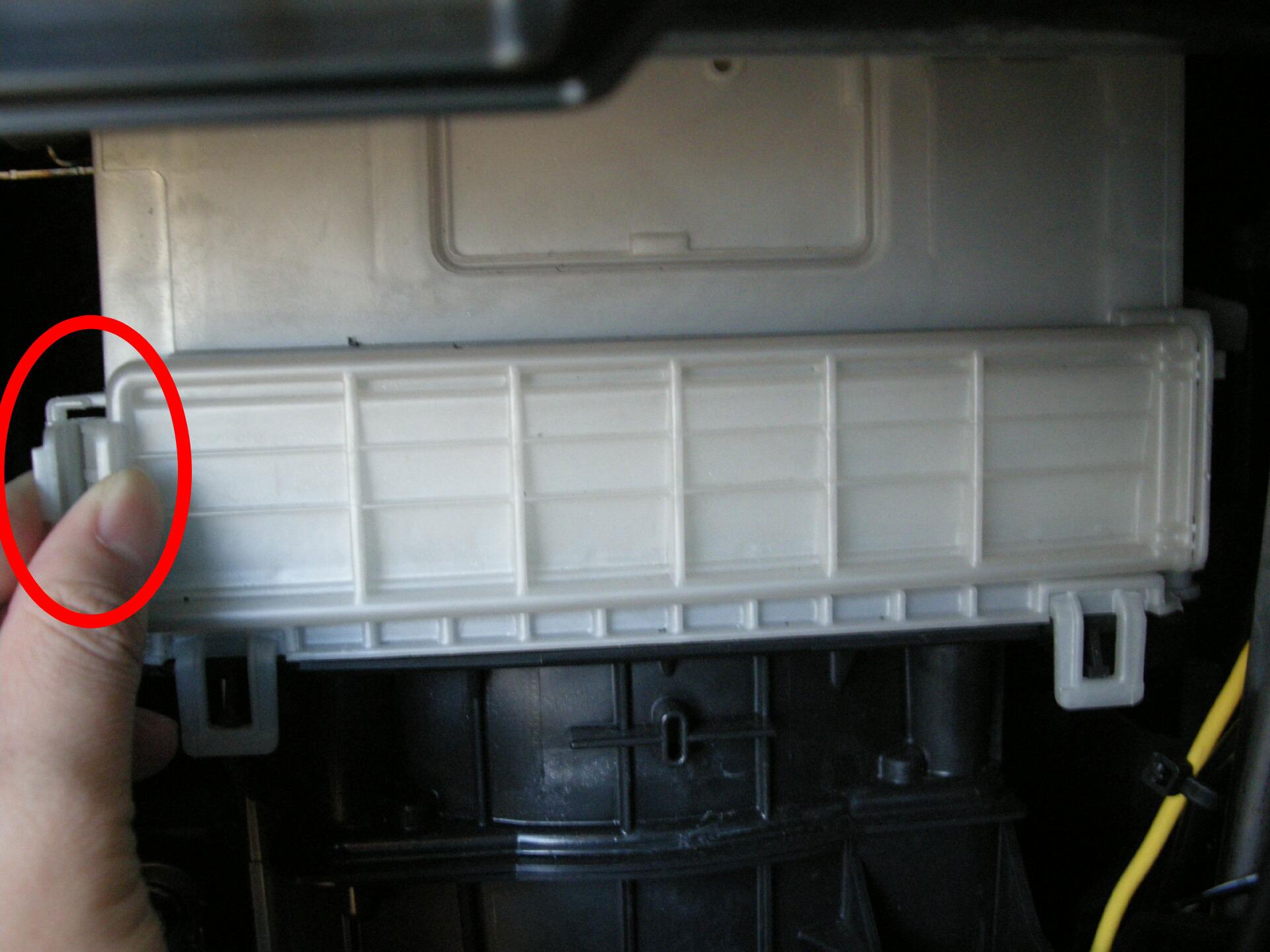3.白いカバーがあるので、○印の取っ手をつまんで開き、取り外す。(このとき、反対側のツメが折れやすいので注意!)