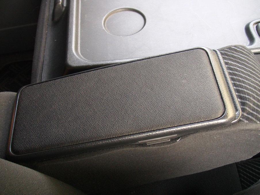 タントL375S運転席側のアームレストボックス