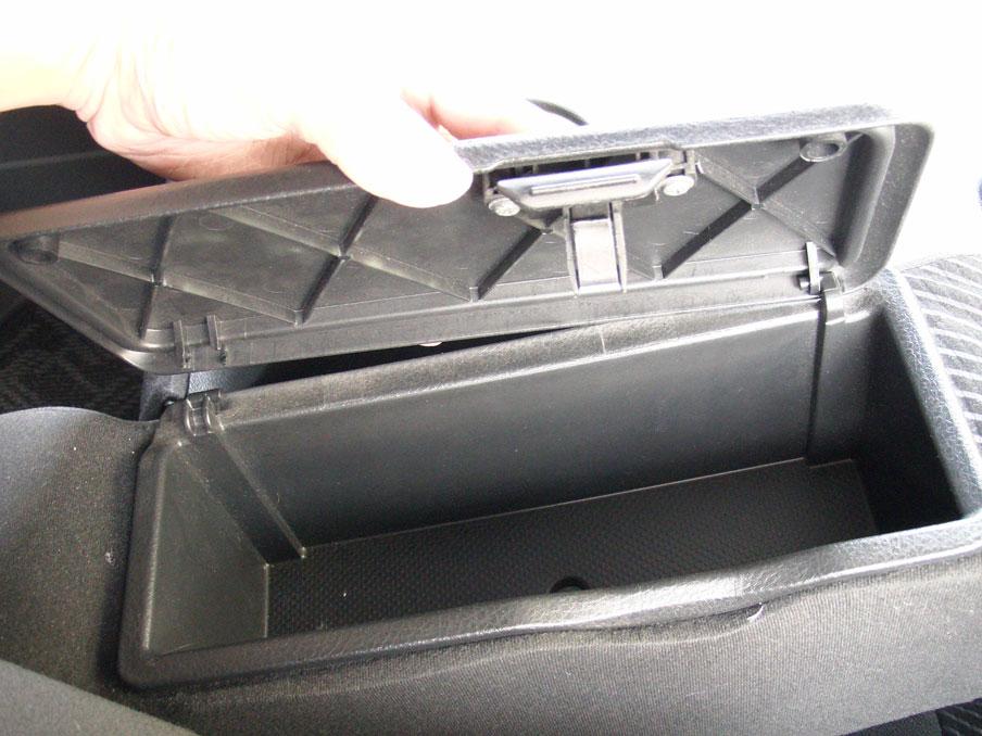 タントL375S運転席側のアームレストボックス_折れた側がすぐに外れ、フタが浮いたりして閉まらなくなったりする。