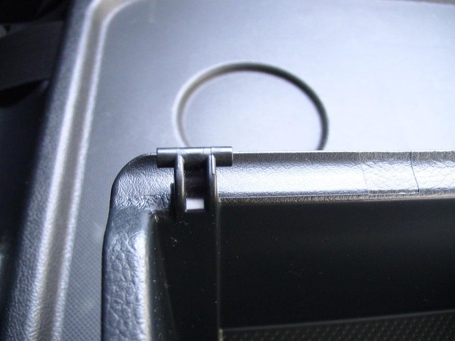 タントL375S運転席側の新品のアームレストボックス。折れてないことを確認。