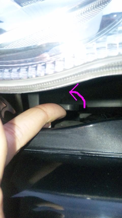 持ち上がったボンネットのすき間にあるレバーを回して、そのままボンネットを持ち上げる