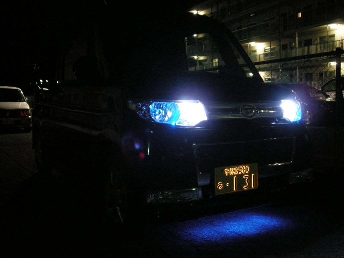 字光式ナンバー「パーフェクト」(軽自動車用)点灯(フロント斜め写真)