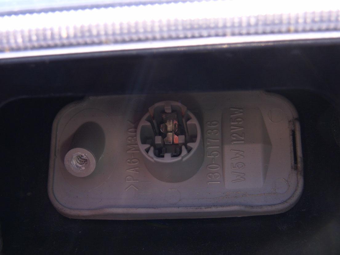 1−3.電球が取れたら、カバーを戻す。
