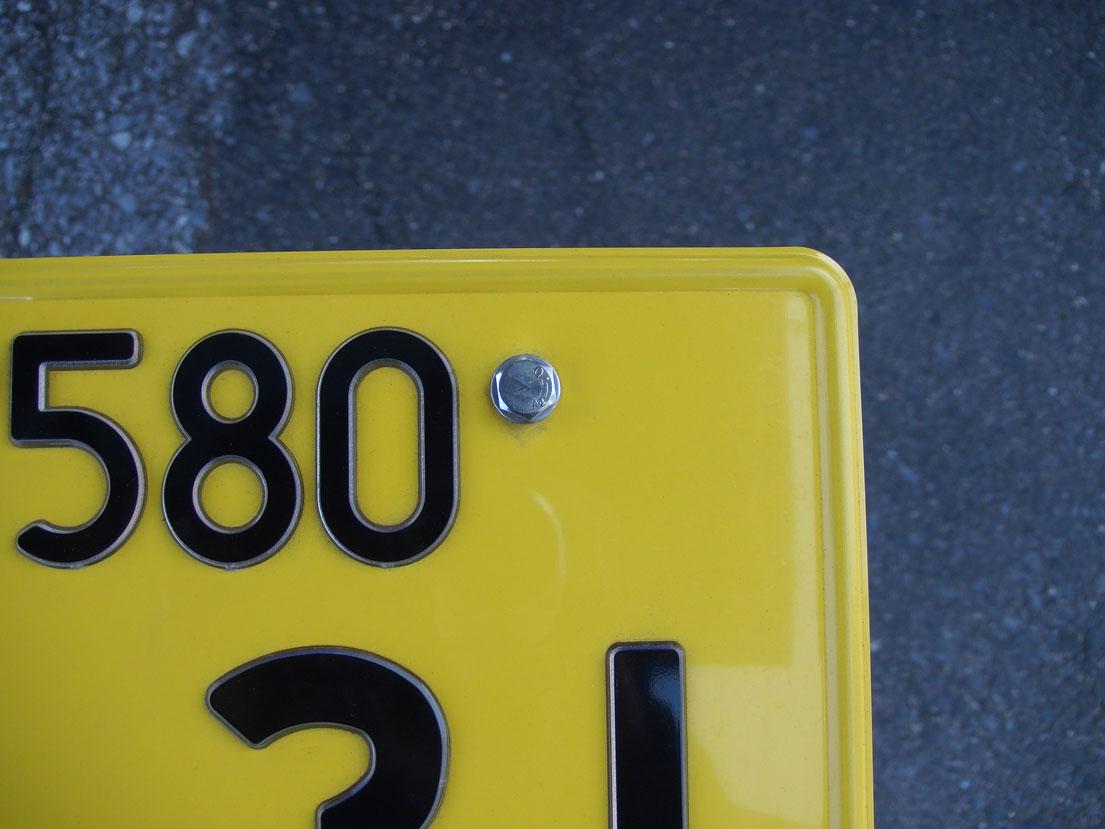 5−1.ナンバープレートにボルトを差し込む。