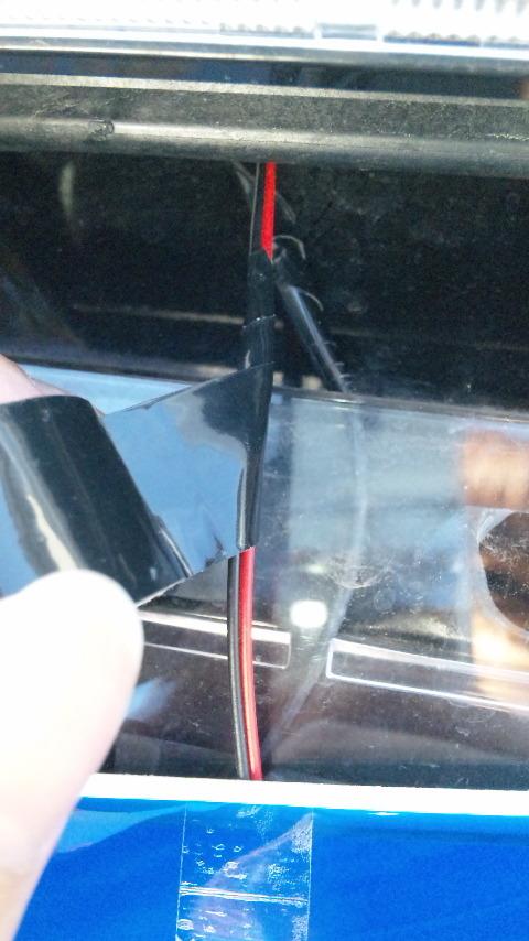 外側のEL照明の配線を目立たなくするため、ボディー色と同じ色のビニールテープを配線に巻いていく
