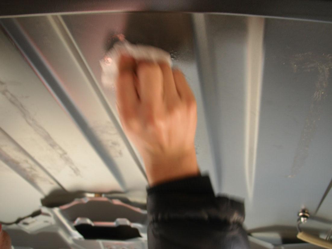 ウェスで、シリコンオフごと接着剤(ブニュブニュ)跡を拭き取る。