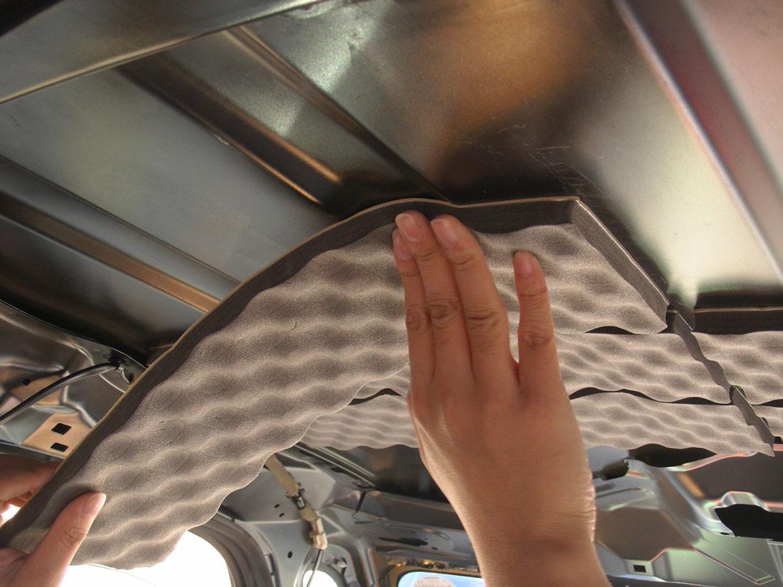 レアルシルトアブソーブをタントのルーフ(天井)へ貼る�@:凹みに合わせていく。