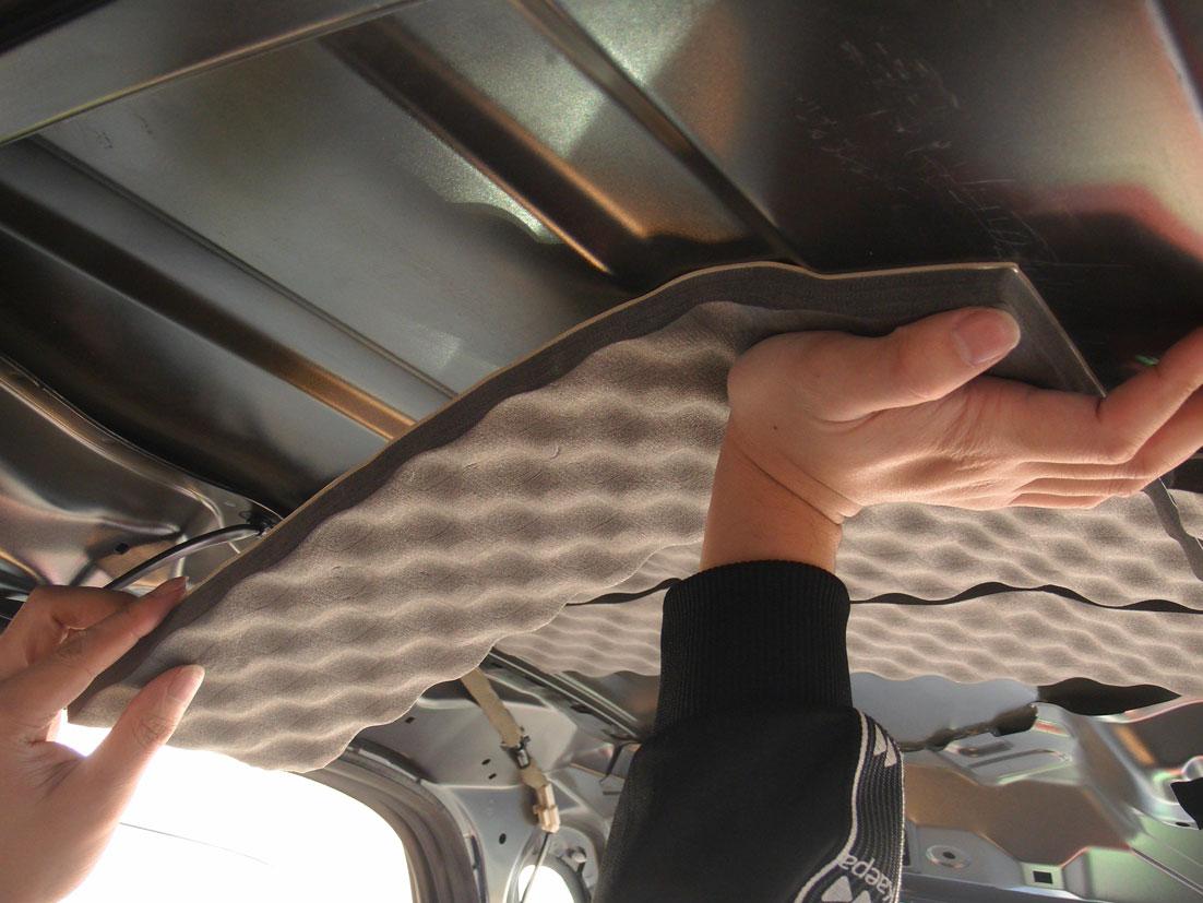 レアルシルトアブソーブをタントのルーフ(天井)へ貼る�A:合わせたら、しっかり押して圧着して貼る。
