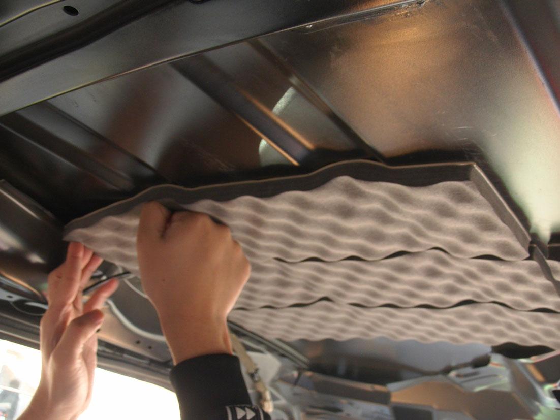 レアルシルトアブソーブをタントのルーフ(天井)へ貼る�B:その後の平面部→凹みも同様にしっかり圧着して貼っていく。