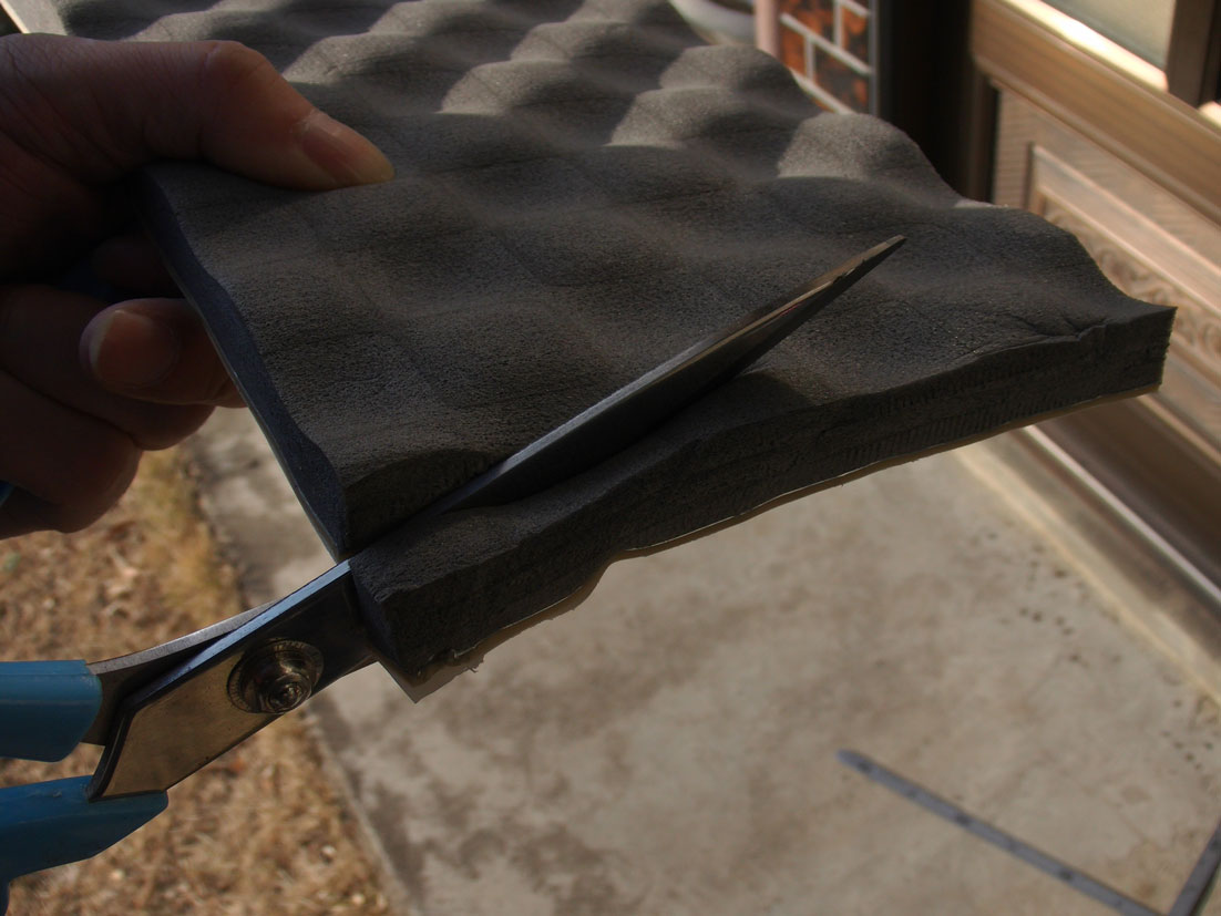 ラインに沿って、レアルシルトアブソーブを裁縫ハサミで切断。