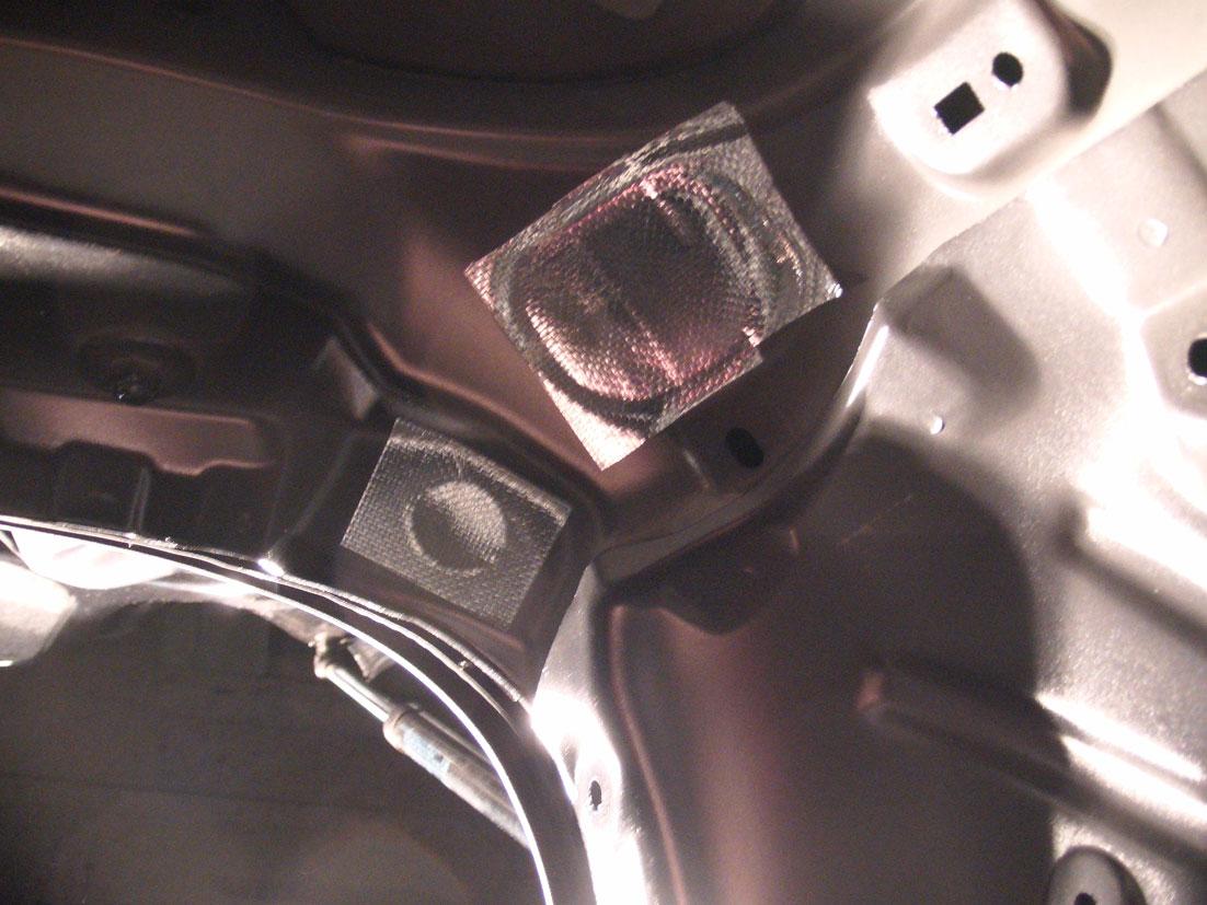 リアピラー角部の穴をアルミガラスクロステープで塞いだ。