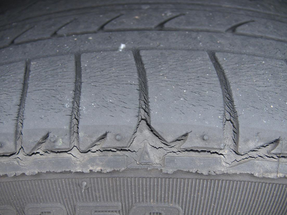 純正タイヤ劣化後の写真