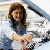 女性も愛車を点検
