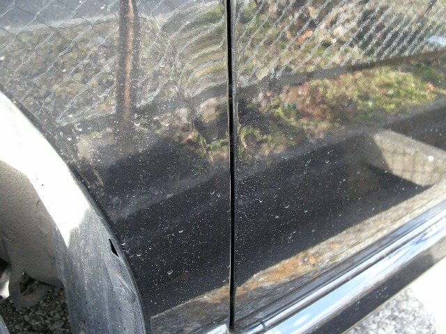 汚れた車のボディ